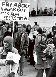 Stockholm 19740309 Demonstration på Internationella kvinnodagen i Stockholm. Plakat med krav på fri abort. Foto: Ragnhild Haarstad / SvD / SCANPIX / kod 30052